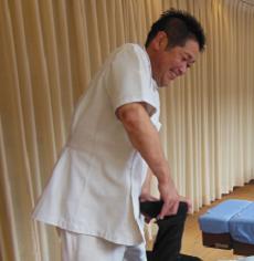 しっかりほぐしてから、背骨の調整をいたします。肩こり腰痛など痛みの強い方におすすめ。